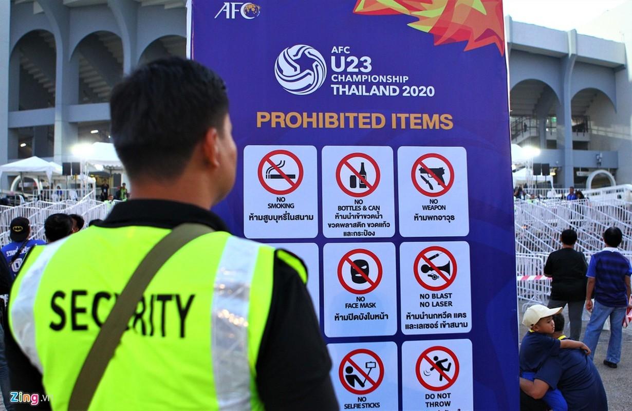 Nu co dong vien keo den san co vu U23 Thai Lan-Hinh-7