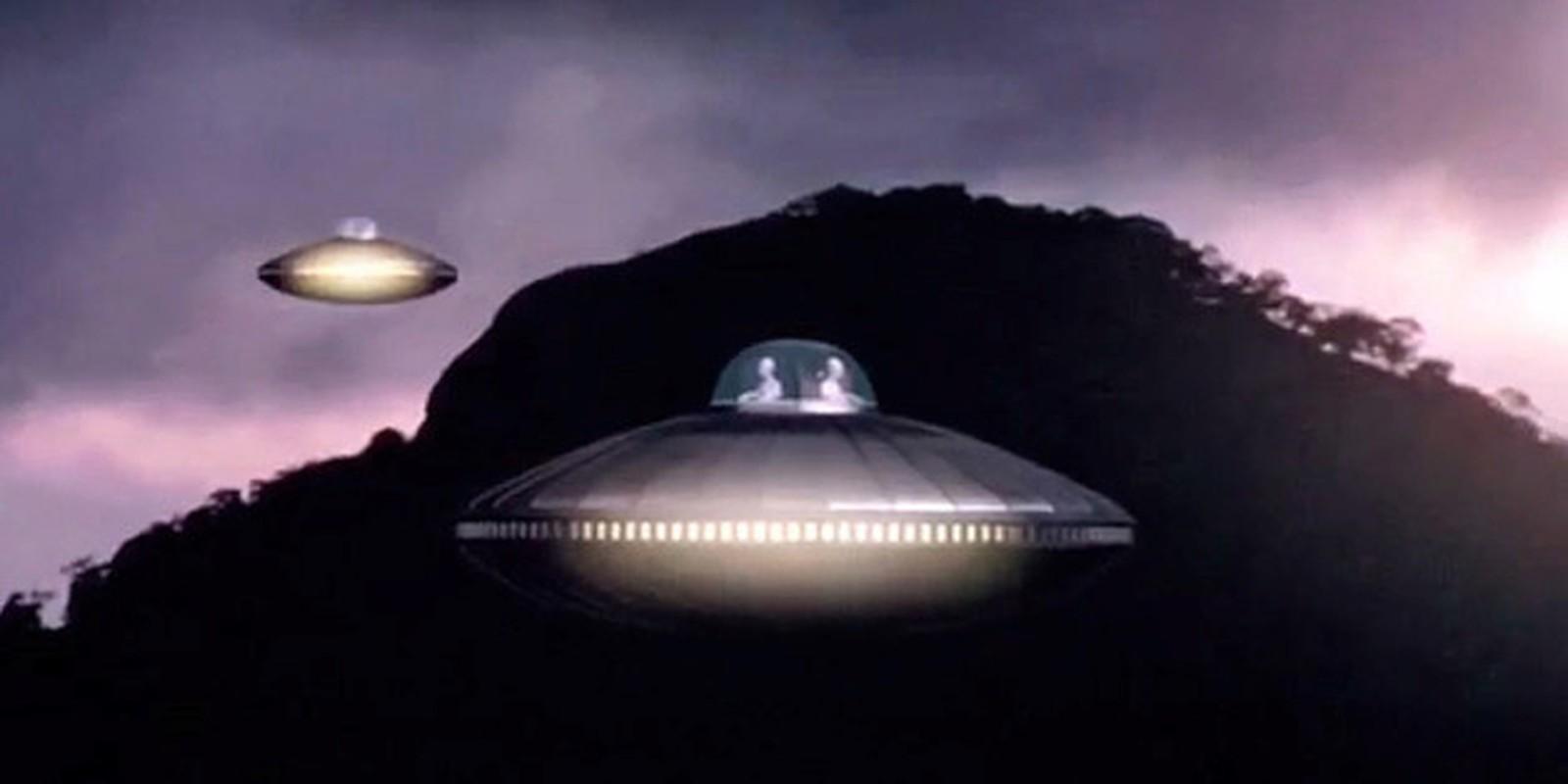 Chan dong vu UFO deo bam dai dang tau san bay My-Hinh-9