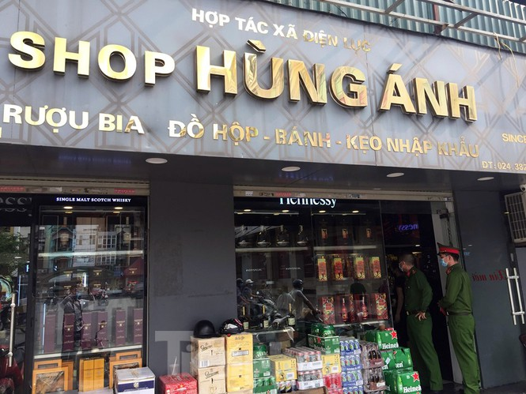 Theo chan canh sat di tuan, phat nguoi khong deo khau trang noi cong cong-Hinh-11