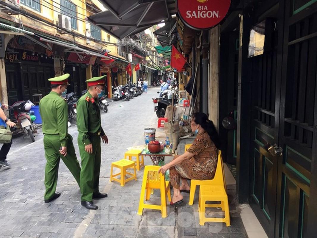 Theo chan canh sat di tuan, phat nguoi khong deo khau trang noi cong cong-Hinh-2