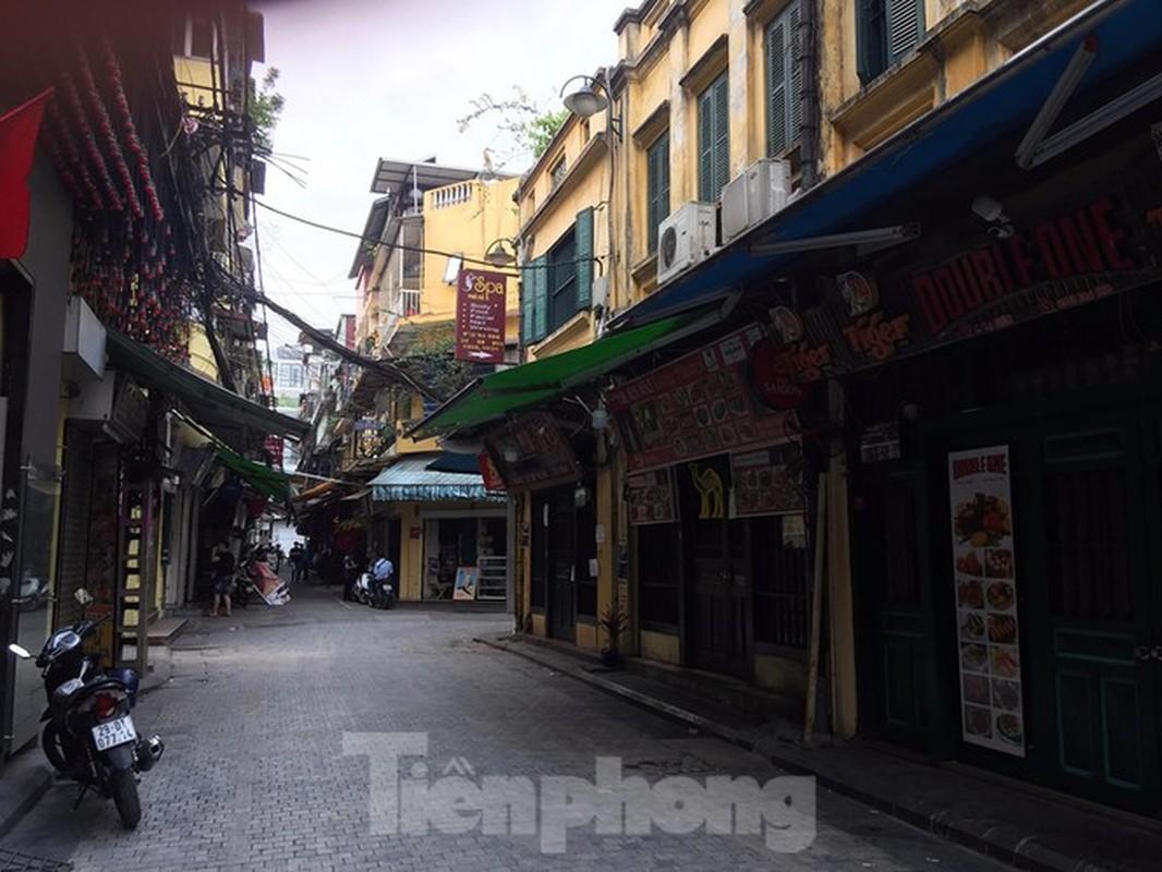 Theo chan canh sat di tuan, phat nguoi khong deo khau trang noi cong cong-Hinh-3
