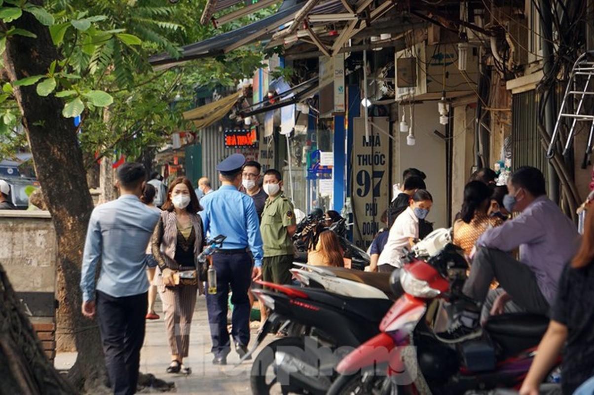 Theo chan canh sat di tuan, phat nguoi khong deo khau trang noi cong cong-Hinh-8