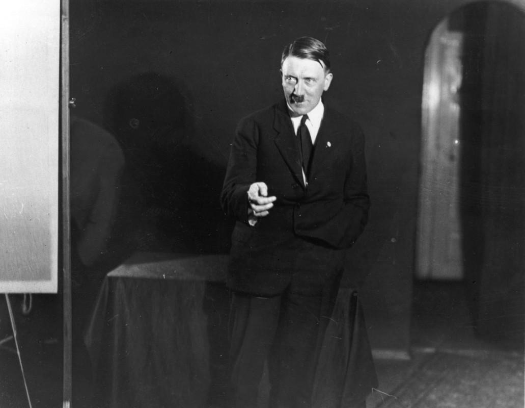 Loat anh Hitler trong cuc