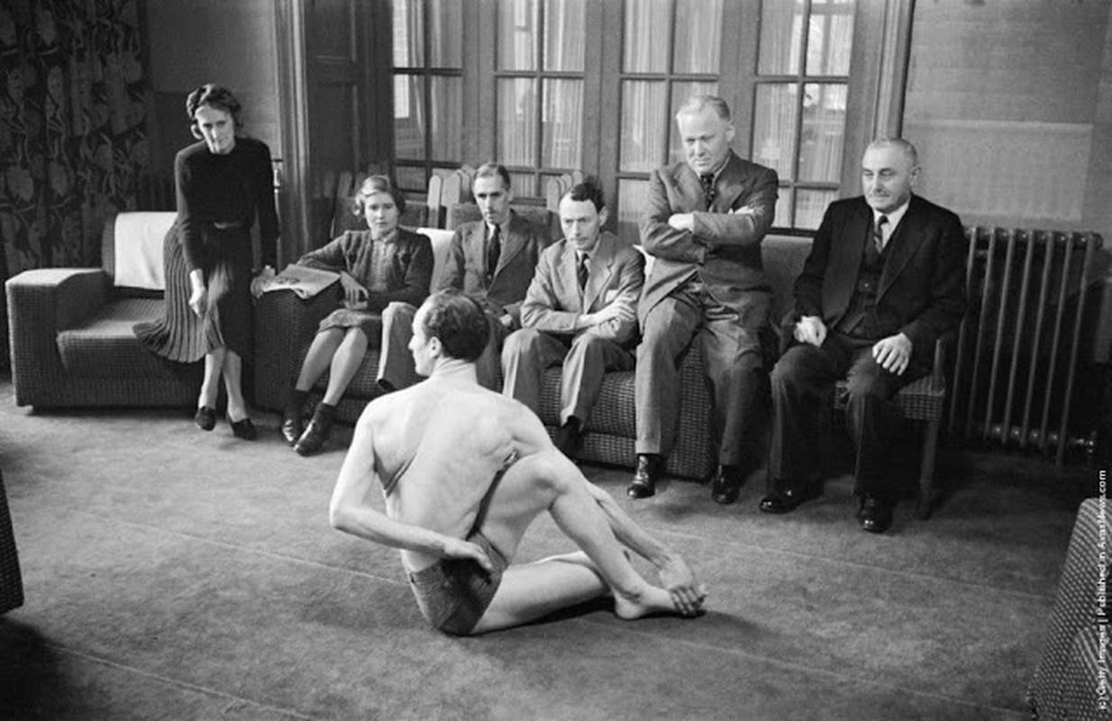 Anh: 100 nam truoc, nam thanh nu tu tap yoga cuc deo-Hinh-4