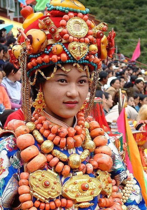 """Bo toc deo vang """"khung"""" tren nguoi de the hien dia vi-Hinh-2"""