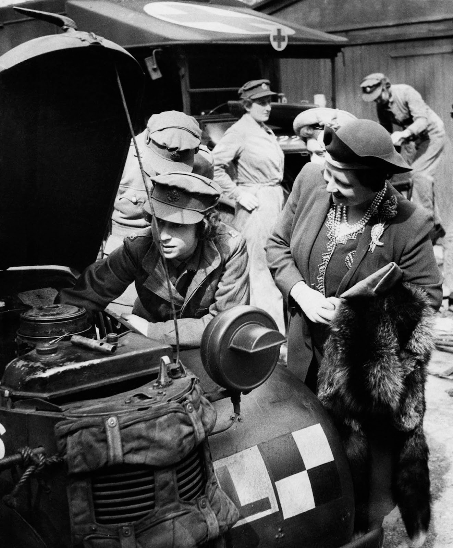 He lo anh Nu hoang Anh lam tho sua xe nhung nam 1940-Hinh-2