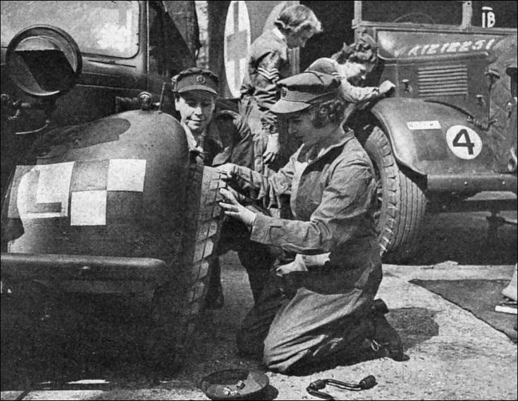 He lo anh Nu hoang Anh lam tho sua xe nhung nam 1940-Hinh-3