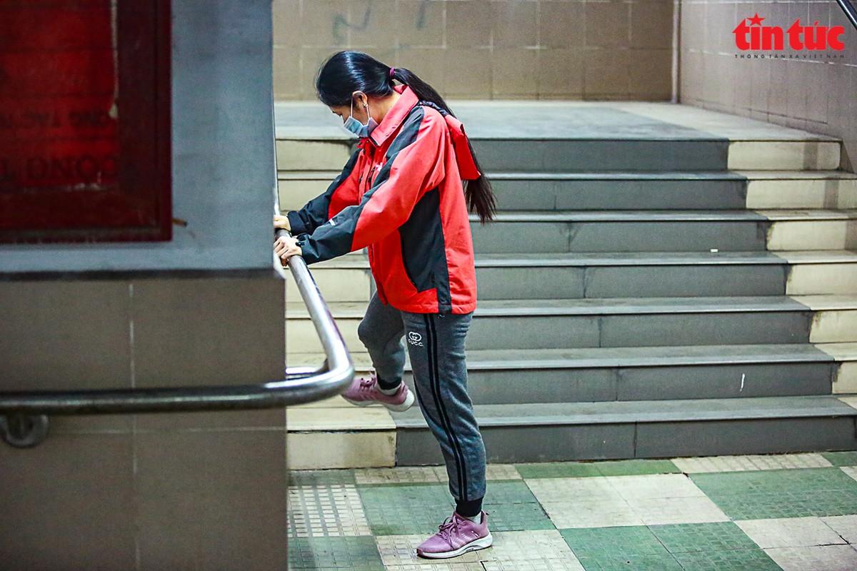 Nguoi dan Ha Noi xuong ham di bo tap the duc trong ngay gia ret-Hinh-5
