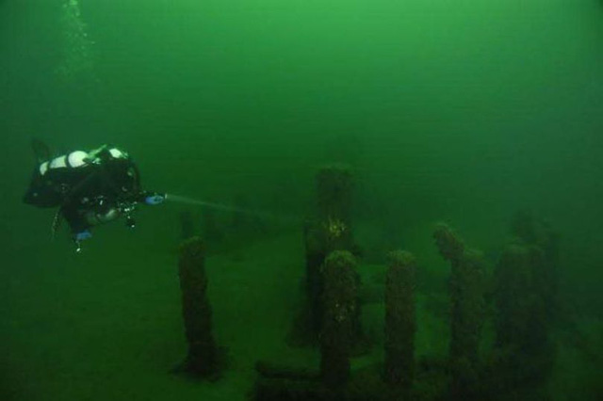 Bi an cau truc giong bai da co Stonehenge o duoi day ho Michigan-Hinh-2
