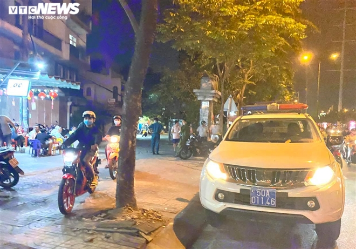 TP.HCM: Nhieu nha hang van don ca tram khach cung luc, bat chap lenh cam-Hinh-7