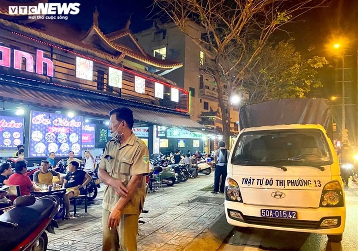 TP.HCM: Nhieu nha hang van don ca tram khach cung luc, bat chap lenh cam-Hinh-8