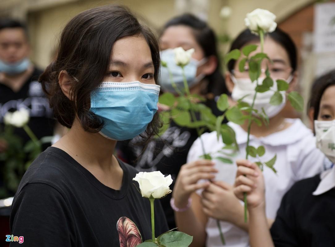 Nhieu hoc sinh mang hoa hong trang tien ban qua doi trong vu chay-Hinh-3