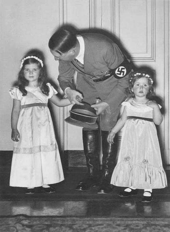 "Bieu cam ""la"" cua trum phat xit Hitler chup anh voi tre em-Hinh-10"