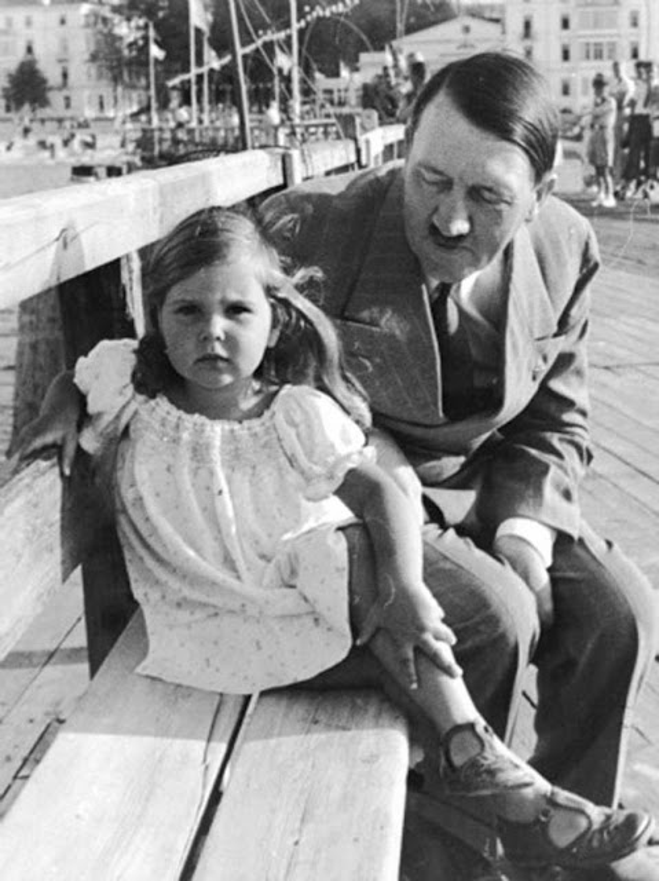 "Bieu cam ""la"" cua trum phat xit Hitler chup anh voi tre em-Hinh-4"