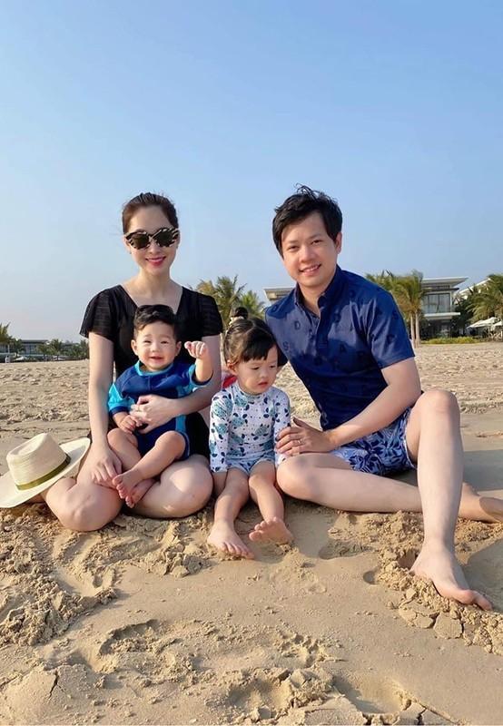 Hoa hau Dang Thu Thao vien man ben chong dai gia va 2 con