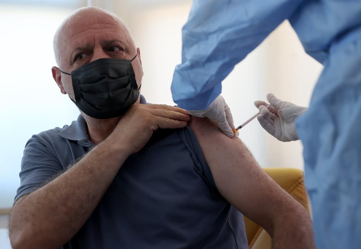 Tap chi Lancet: Vac xin COVID-19 dang hieu qua, chua can tiem lieu tang cuong!-Hinh-4