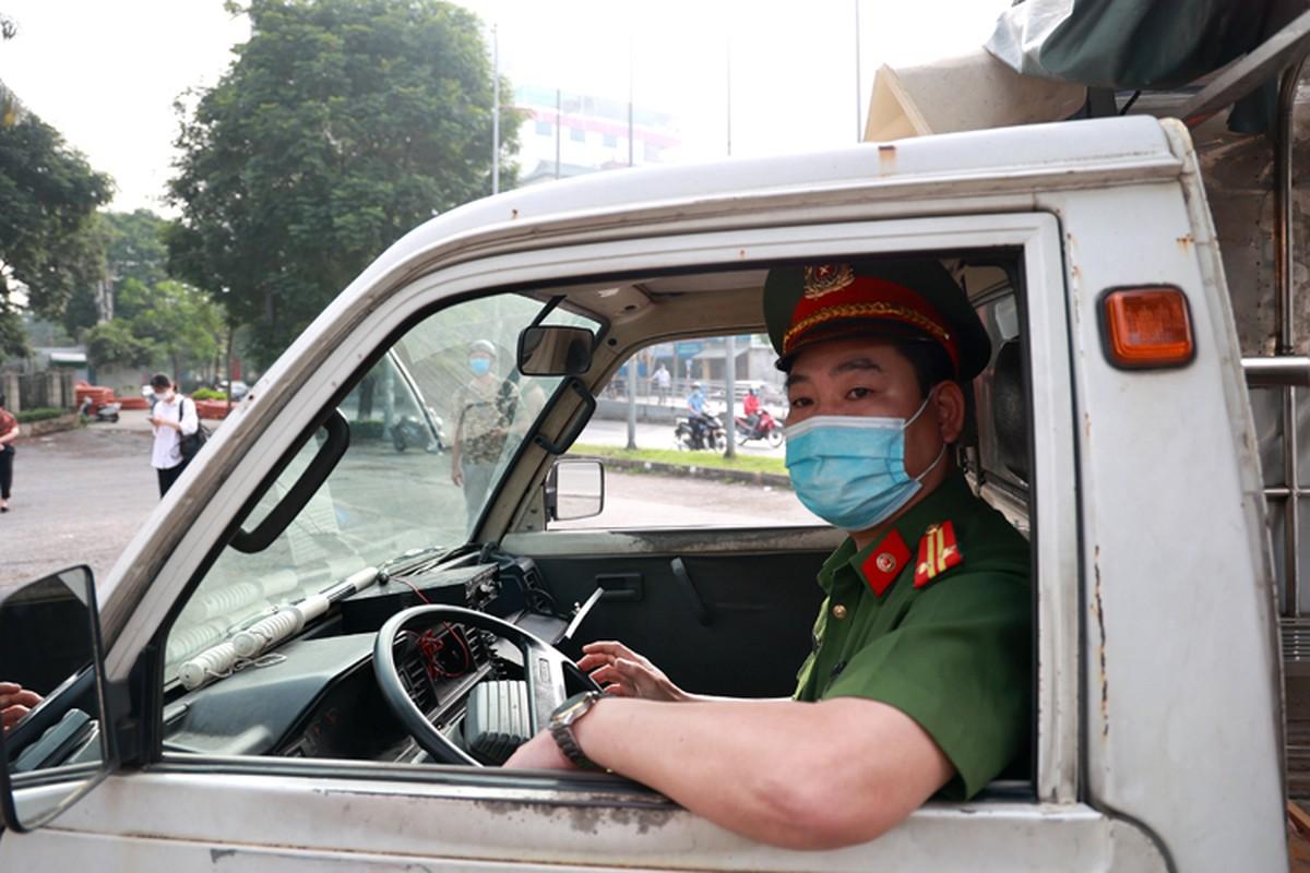 Ha Noi: Nguoi dan bat chap lenh cam, treo rao vao cong vien tap the duc-Hinh-8