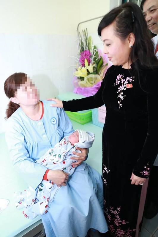 Bo truong Bo Y te tham chau be ra doi nho mang thai ho-Hinh-4