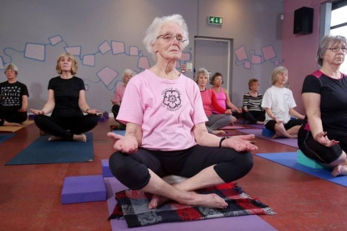 Xem cu ba 100 tuoi tap yoga cuc dinh-Hinh-2