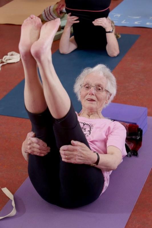Xem cu ba 100 tuoi tap yoga cuc dinh-Hinh-3