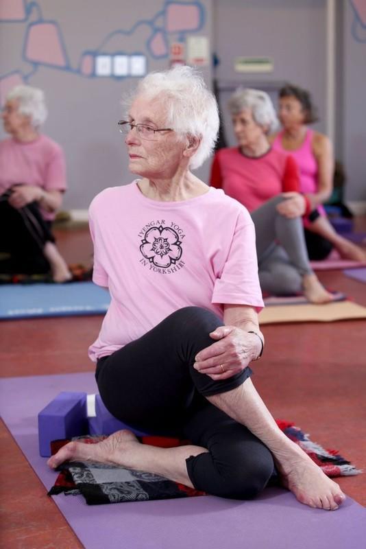 Xem cu ba 100 tuoi tap yoga cuc dinh-Hinh-4
