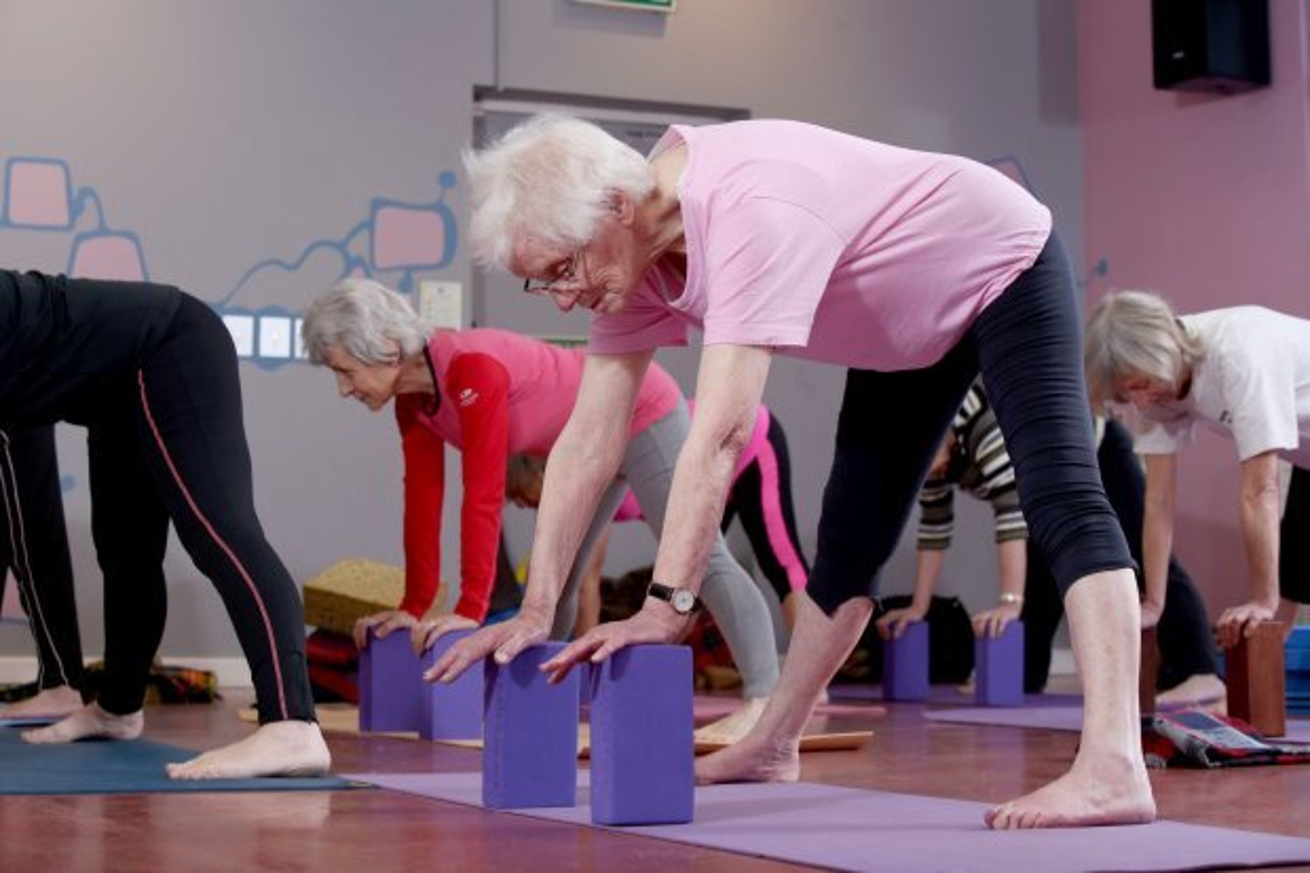 Xem cu ba 100 tuoi tap yoga cuc dinh-Hinh-5
