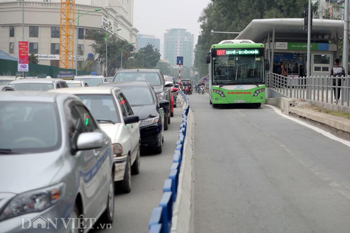 Ke dai phan cach cung, xe may van vo tu lan lan BRT