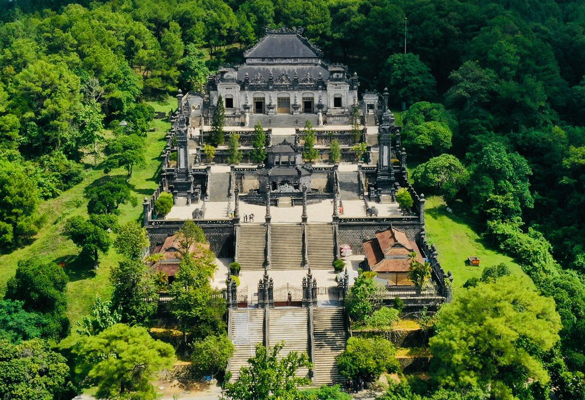 Kham pha lang Khai Dinh cung buc tranh ve bang chan