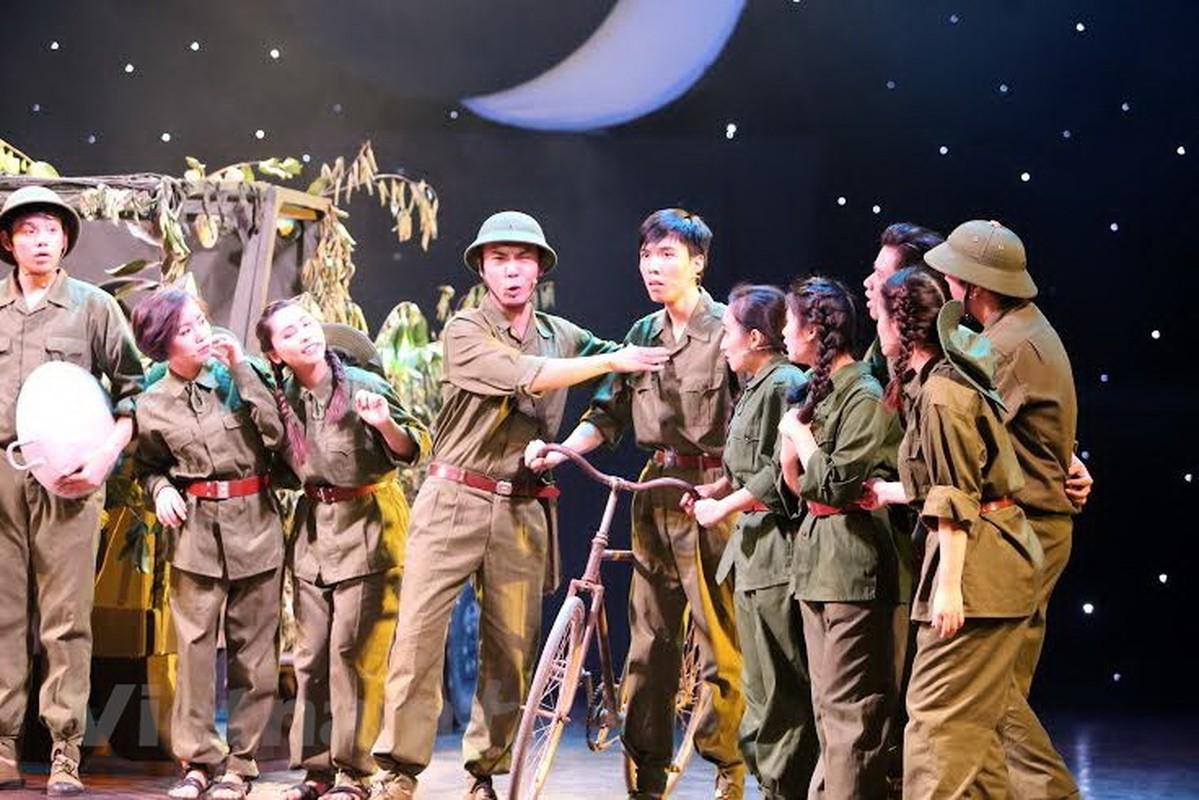 """Tinh dep va """"la"""" trong Manh trang cuoi rung cua Nguyen Minh Chau-Hinh-8"""