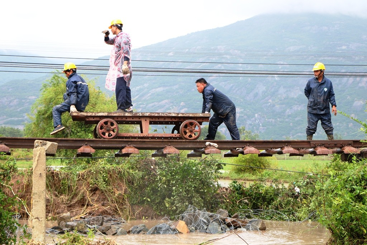 Kinh hoang canh gan 300m duong sat Bac – Nam bi sat lo do mua lon-Hinh-3