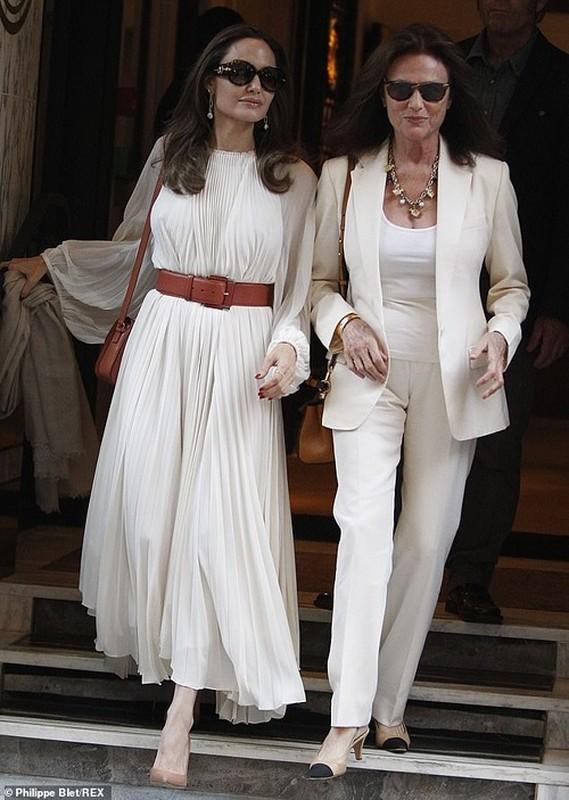Angelina Jolie 'dot mat' nguoi tren pho voi thoi trang vay xep nep 'tha rong' vong mot-Hinh-2