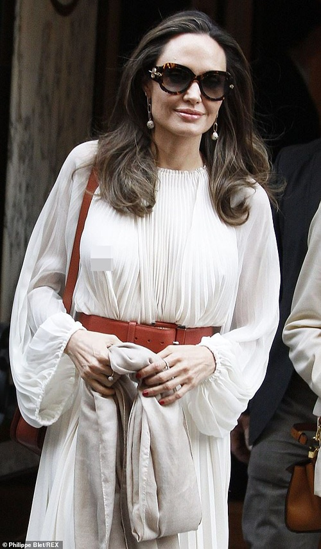 Angelina Jolie 'dot mat' nguoi tren pho voi thoi trang vay xep nep 'tha rong' vong mot-Hinh-3