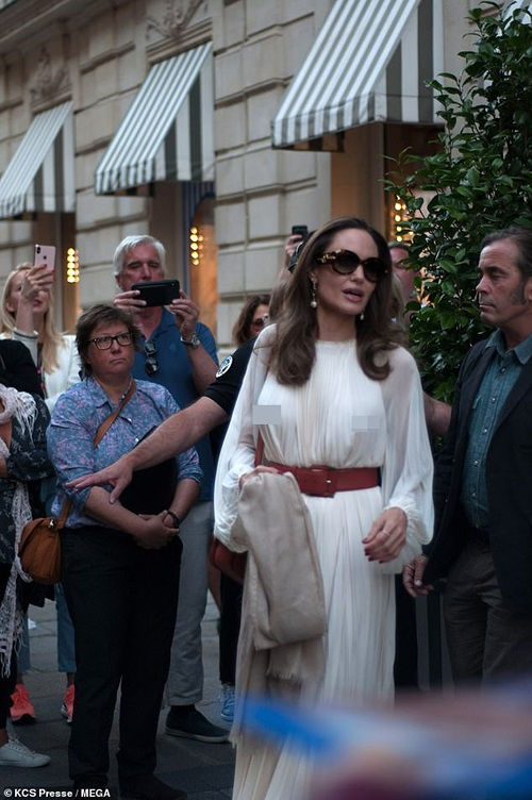 Angelina Jolie 'dot mat' nguoi tren pho voi thoi trang vay xep nep 'tha rong' vong mot-Hinh-5