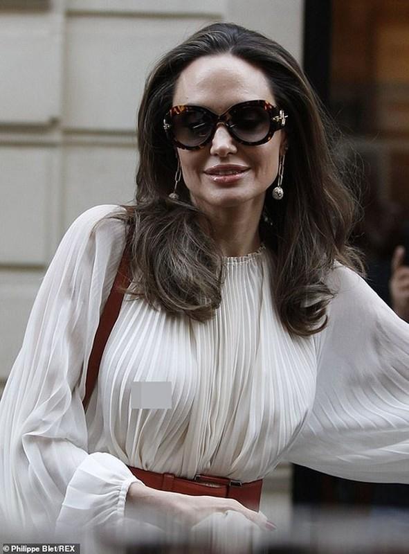 Angelina Jolie 'dot mat' nguoi tren pho voi thoi trang vay xep nep 'tha rong' vong mot-Hinh-7