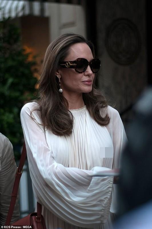 Angelina Jolie 'dot mat' nguoi tren pho voi thoi trang vay xep nep 'tha rong' vong mot-Hinh-8