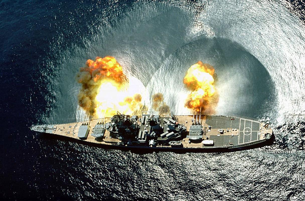 """Mặt biển bị """"chấn động"""" khi cả ba tháp pháo 406mm đồng loạt khai hỏa."""