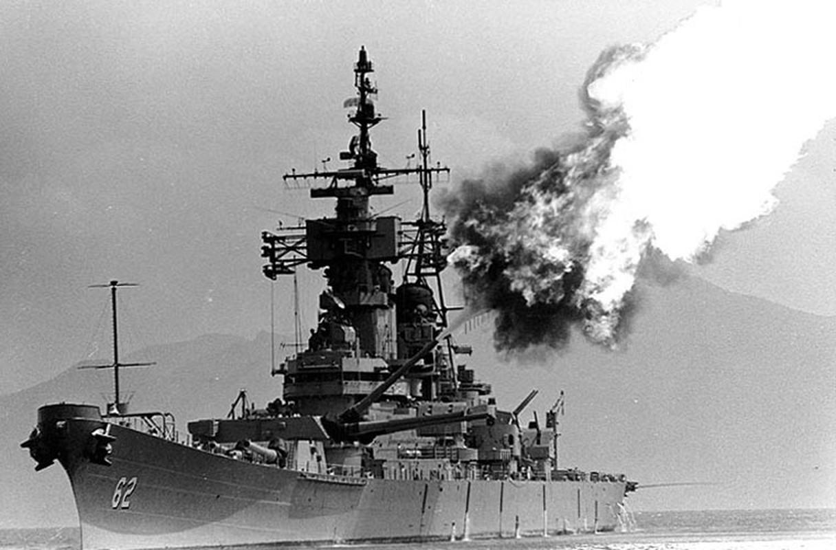 Khả năng cao nhất, loại đạn pháo khủng được tìm thấy ở Quảng Trị chỉ có thể được bắn từ thiết giáp hạm USS New Jersey (BB-62) được Mỹ triển khai tới bờ biển Việt Nam giai đoạn 1967-1969 thực hiện nhiều cuộc pháo kích tàn bạo vào các mục tiêu ở đất liền mà quân đội Mỹ cho rằng lực lượng quân giải phóng đóng tại đó. Theo tài liệu Mỹ, suốt thời gian tham chiến tại Việt Nam, USS New Jersey đã bắn tổng cộng 5.688 viên đạn 16 inch (406mm) và 14.891 viên đạn 5 inch (127mm). Ảnh: USS New Jersy đang thực hiện cuộc pháo kích vào mục tiêu đất liền Việt Nam.