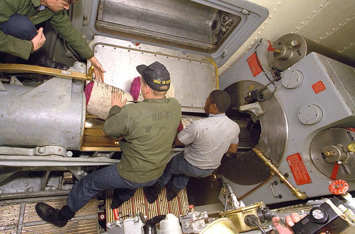 Kíp pháo thủ vận hành mỗi nòng pháo lên tới 79 người.