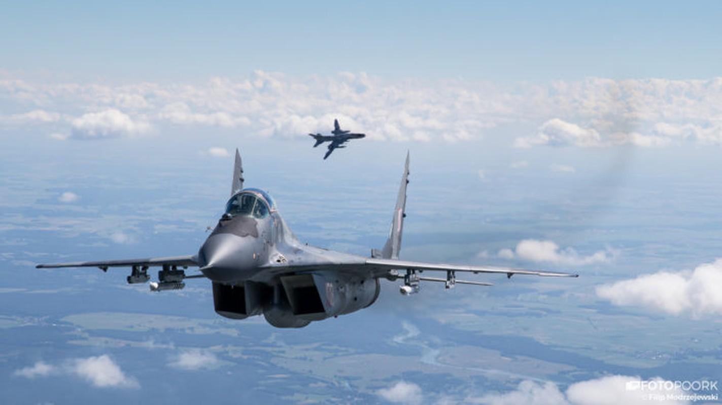 An tuong manh may bay chien dau Su-22 sat canh cung F-16-Hinh-10