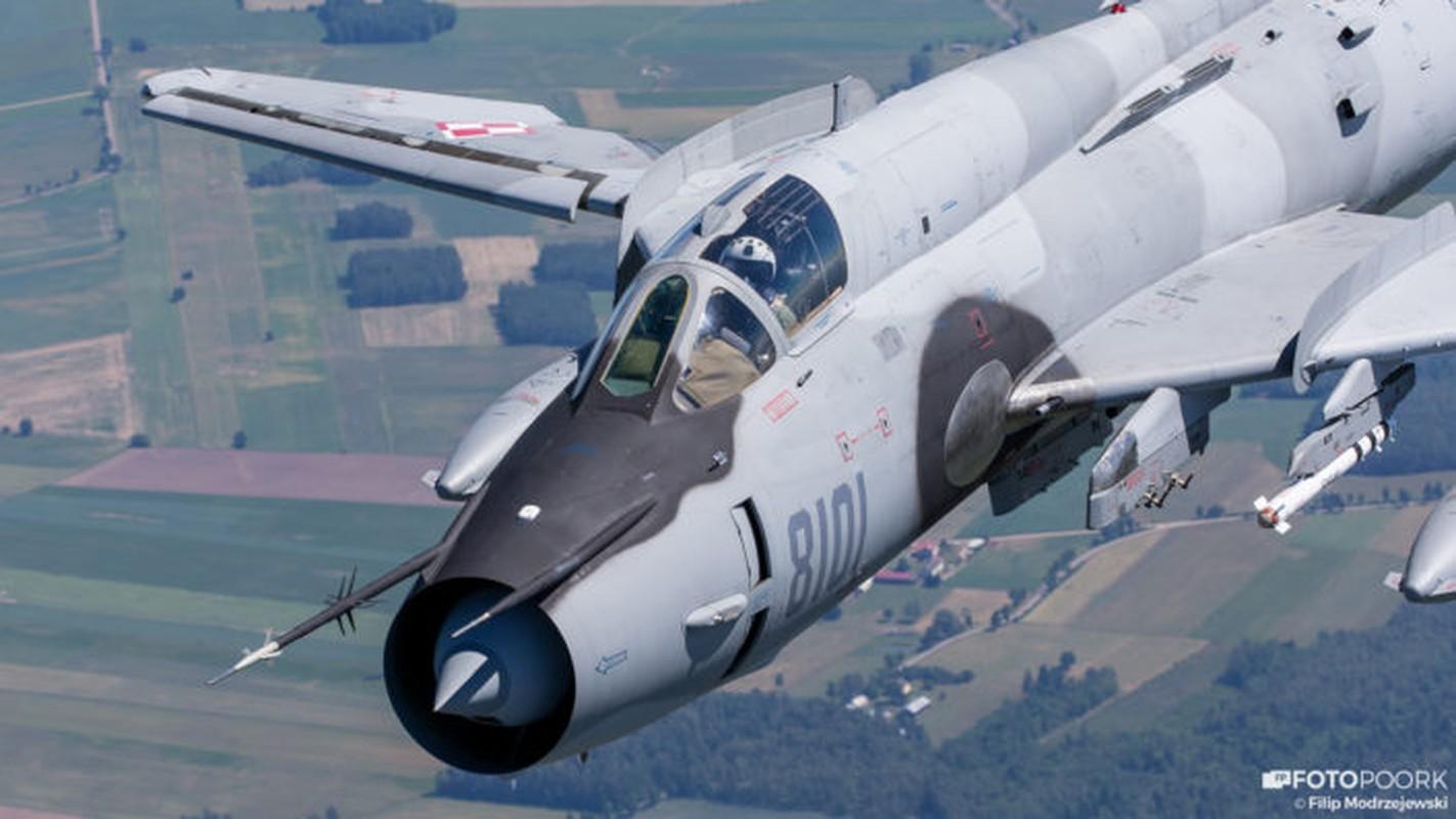 An tuong manh may bay chien dau Su-22 sat canh cung F-16-Hinh-3