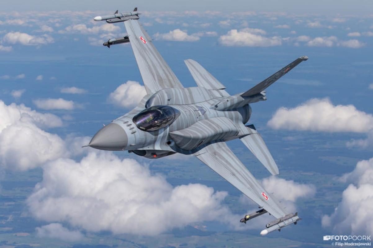 An tuong manh may bay chien dau Su-22 sat canh cung F-16-Hinh-6