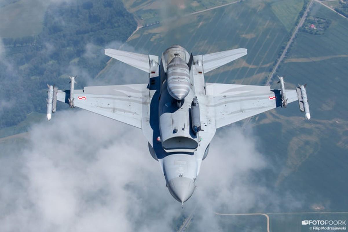 An tuong manh may bay chien dau Su-22 sat canh cung F-16-Hinh-7