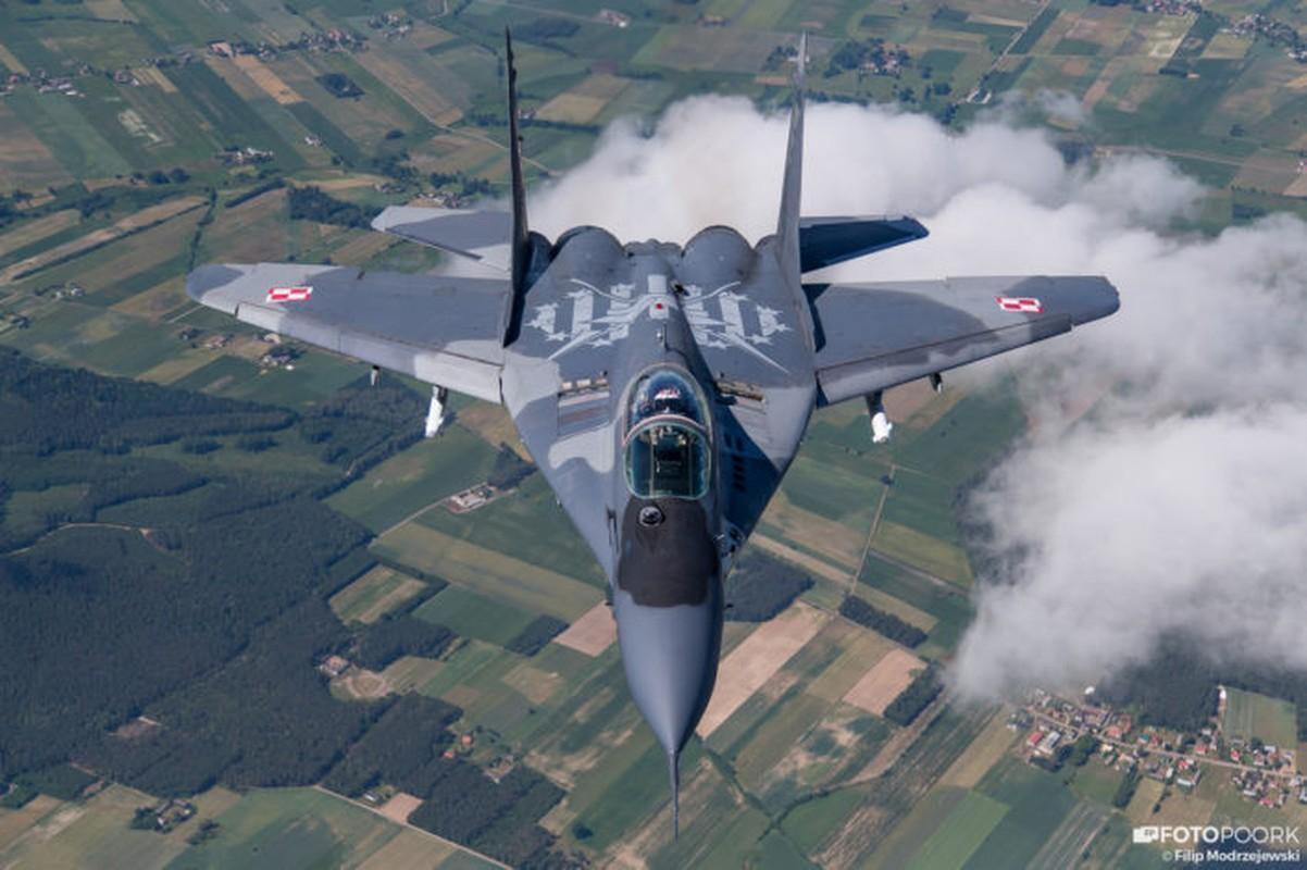 An tuong manh may bay chien dau Su-22 sat canh cung F-16-Hinh-8