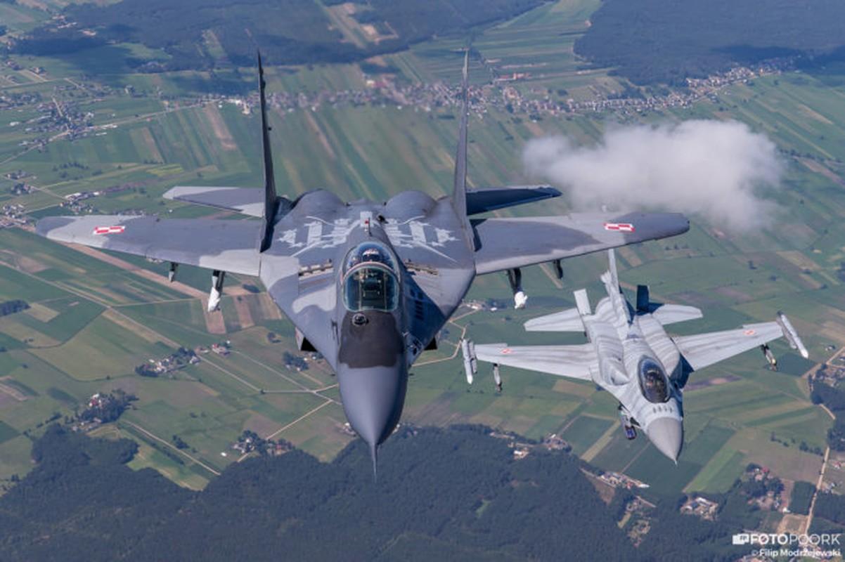 An tuong manh may bay chien dau Su-22 sat canh cung F-16-Hinh-9