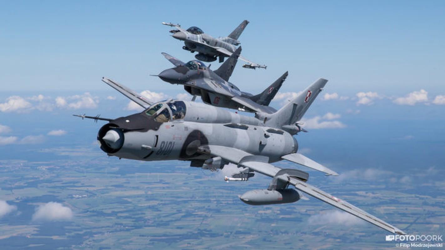 An tuong manh may bay chien dau Su-22 sat canh cung F-16
