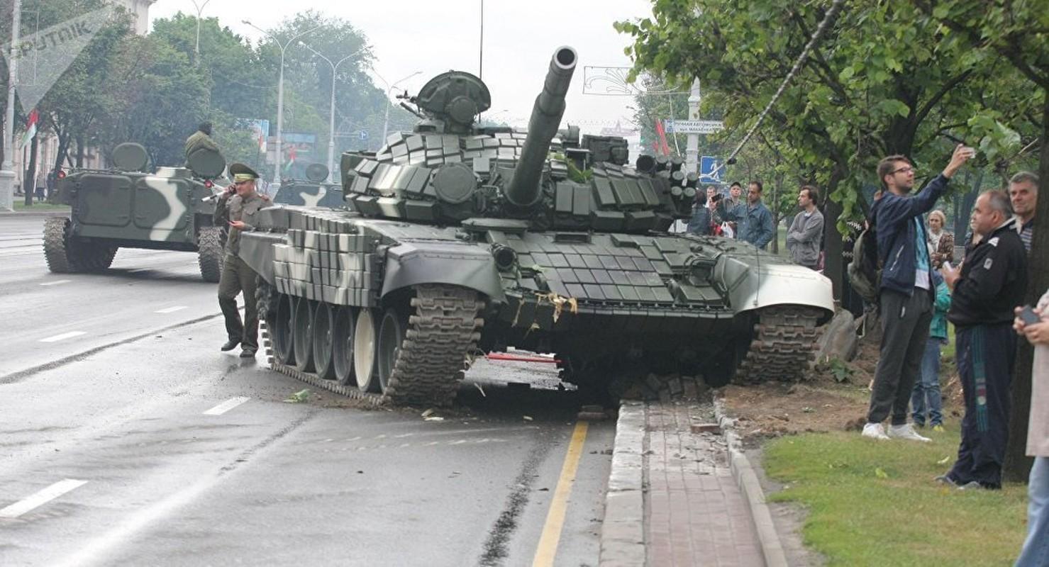 Huc cot dien, xe tang T-72 nhan cai ket dau dieng-Hinh-2