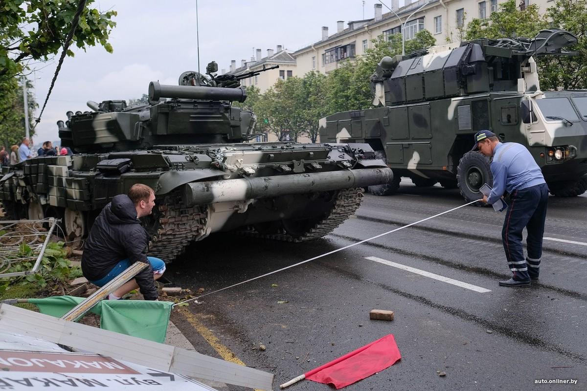 Huc cot dien, xe tang T-72 nhan cai ket dau dieng-Hinh-3