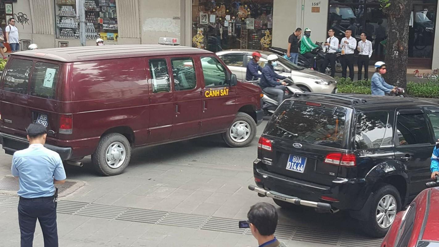 Anh: Kham xet, bat giu 2 nhan vien ngan hang Eximbank TP HCM-Hinh-3