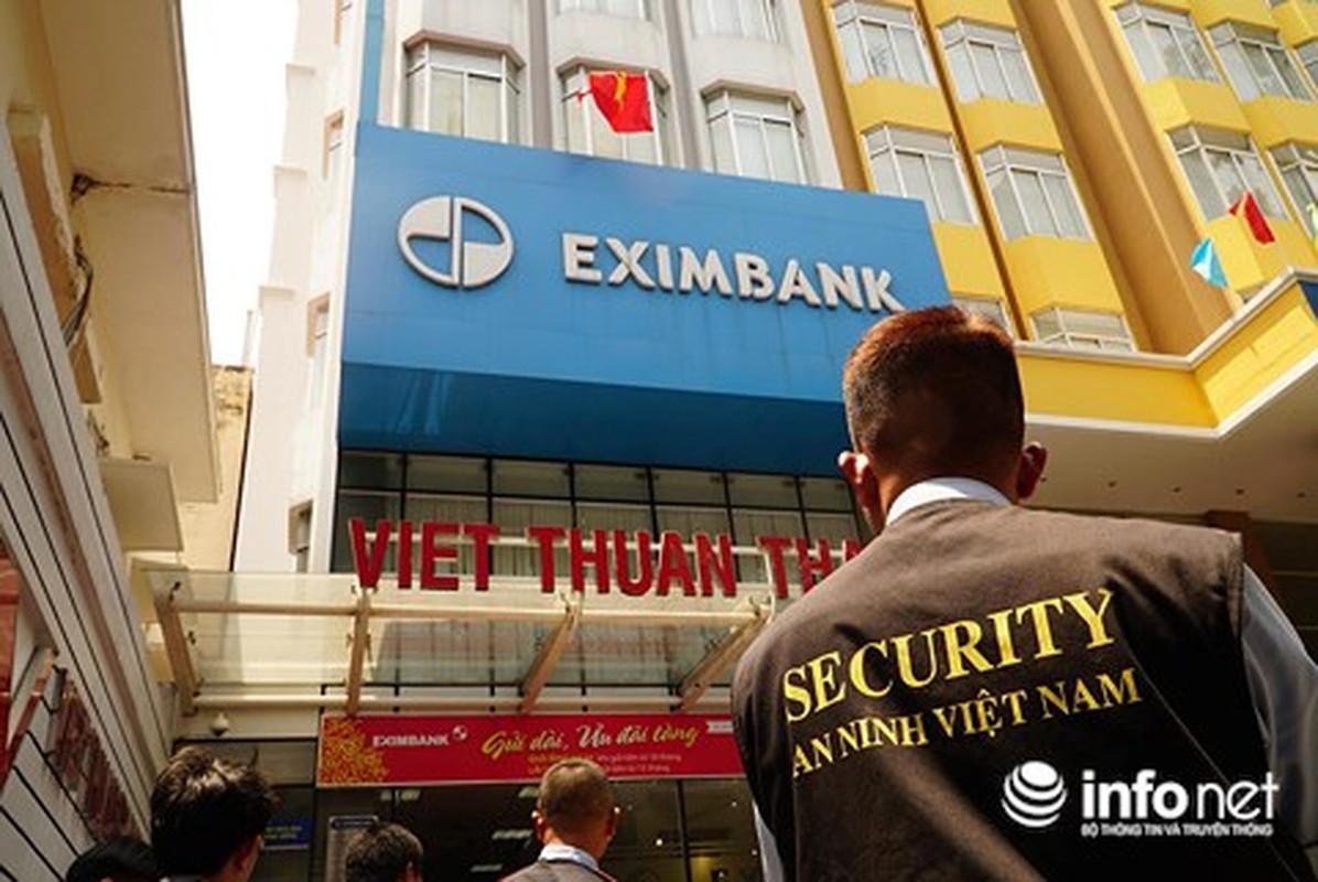 Anh: Kham xet, bat giu 2 nhan vien ngan hang Eximbank TP HCM-Hinh-4