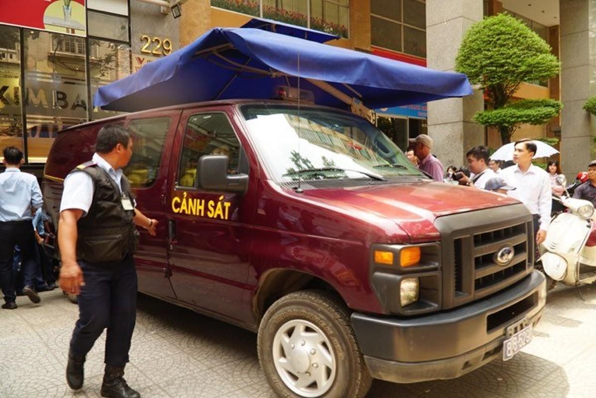 Anh: Kham xet, bat giu 2 nhan vien ngan hang Eximbank TP HCM-Hinh-5